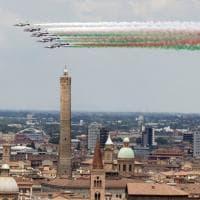 Verde, bianco e rosso sopra le Due torri: le Frecce tricolori su Bologna
