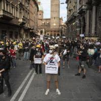 """Bologna, il flash-mob di attori e musicisti: """"Prima la salute, poi però c'è la cultura"""""""