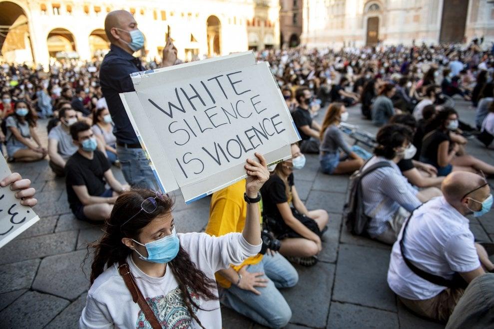 Silenzio, poi un lungo applauso per George Floyd: a Bologna migliaia in piazza contro il razzismo