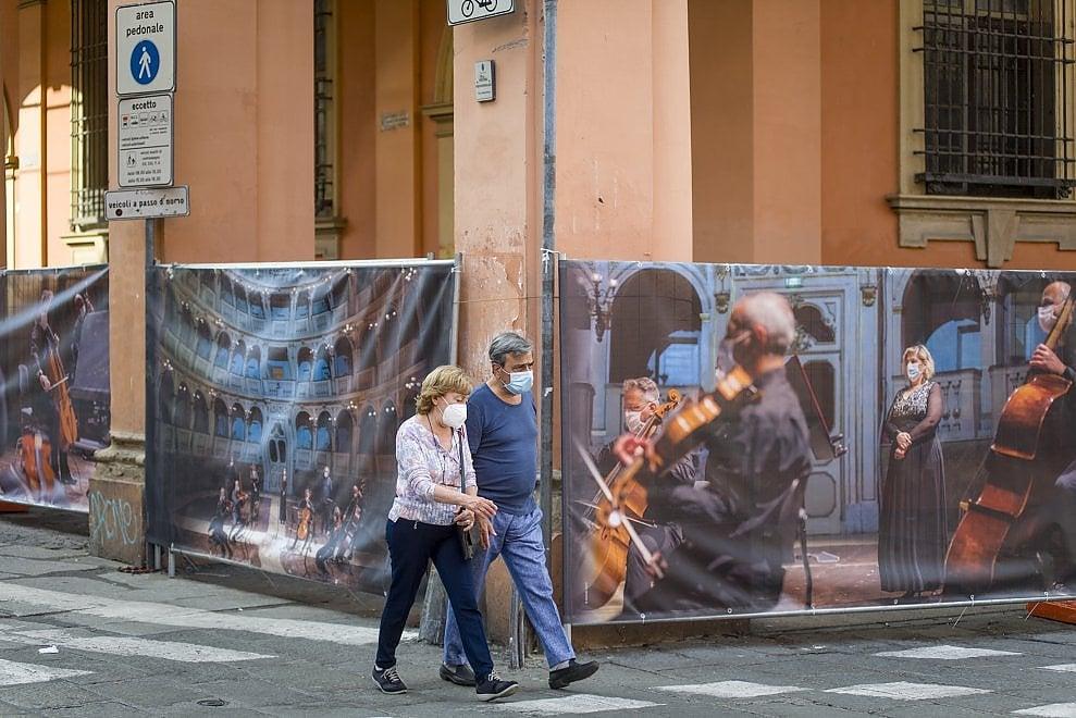 Lavori in corso: l'abbraccio fotografico al Teatro Comunale