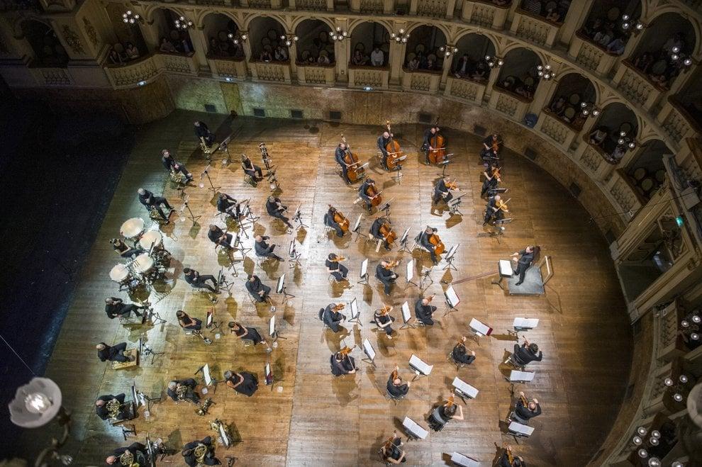 Comunale, l'orchestra scende in platea