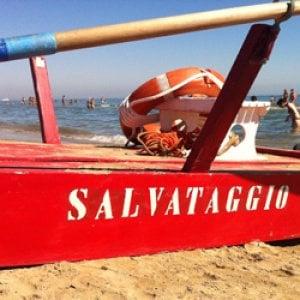 Riccione, si tuffa in mare, viene recuperato in arresto cardiaco: 19enne muore in ospedale