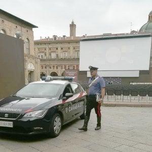 Bologna, film porno sul maxischermo in piazza Maggiore. Il proiezionista raccoglie i soldi della sanzione