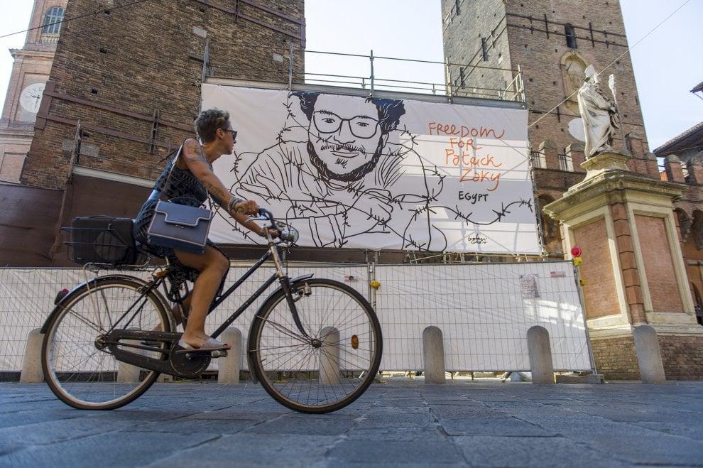 Il manifesto per Patrick Zaky torna visibile nel cuore di Bologna