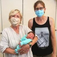 """La donna che ha partorito in spiaggia a Cattolica il suo settimo figlio: """"Non sapevo di..."""