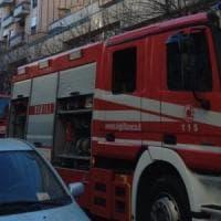 Rimini, lascia tre figli piccoli chiusi in balcone per fare la spesa: mamma denunciata