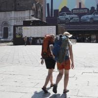 """Il turismo """"mangia e fuggi"""" riempie le strade di Bologna"""