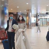 Bologna, le nozze saltano a causa del covid: abito bianco e bouquet, gli sposini si ritrovano in aeroporto
