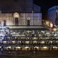 """La cena in piazza Maggiore a Bologna: """"Grazie a medici e infermieri"""""""