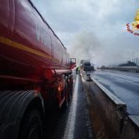 Bologna, incendio in A14: brucia camion di truciolato