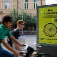 Andràtuttinbici: i manifesti gialli riempiono Bologna