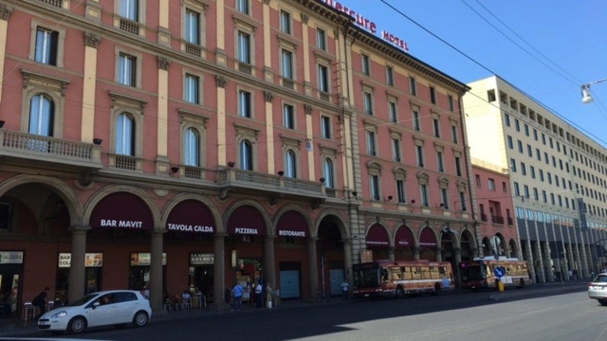 A Bologna c'è un bar che chiude a mezzanotte e riapre all'una: