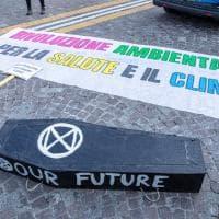 Il nostro futuro è in una bara: le immagini della manifestazione ambientalista