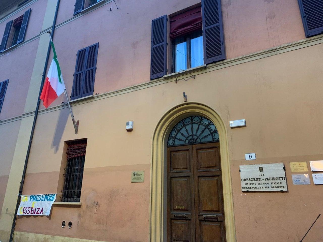 Bologna, gli striscioni degli studenti davanti alle scuole ...