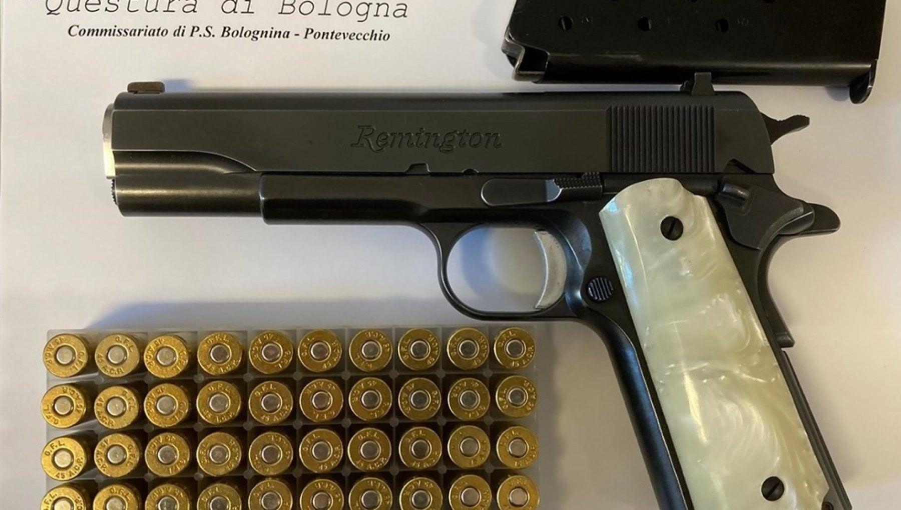 Bologna, punta la pistola a un passante che ha la mascherina abbassata