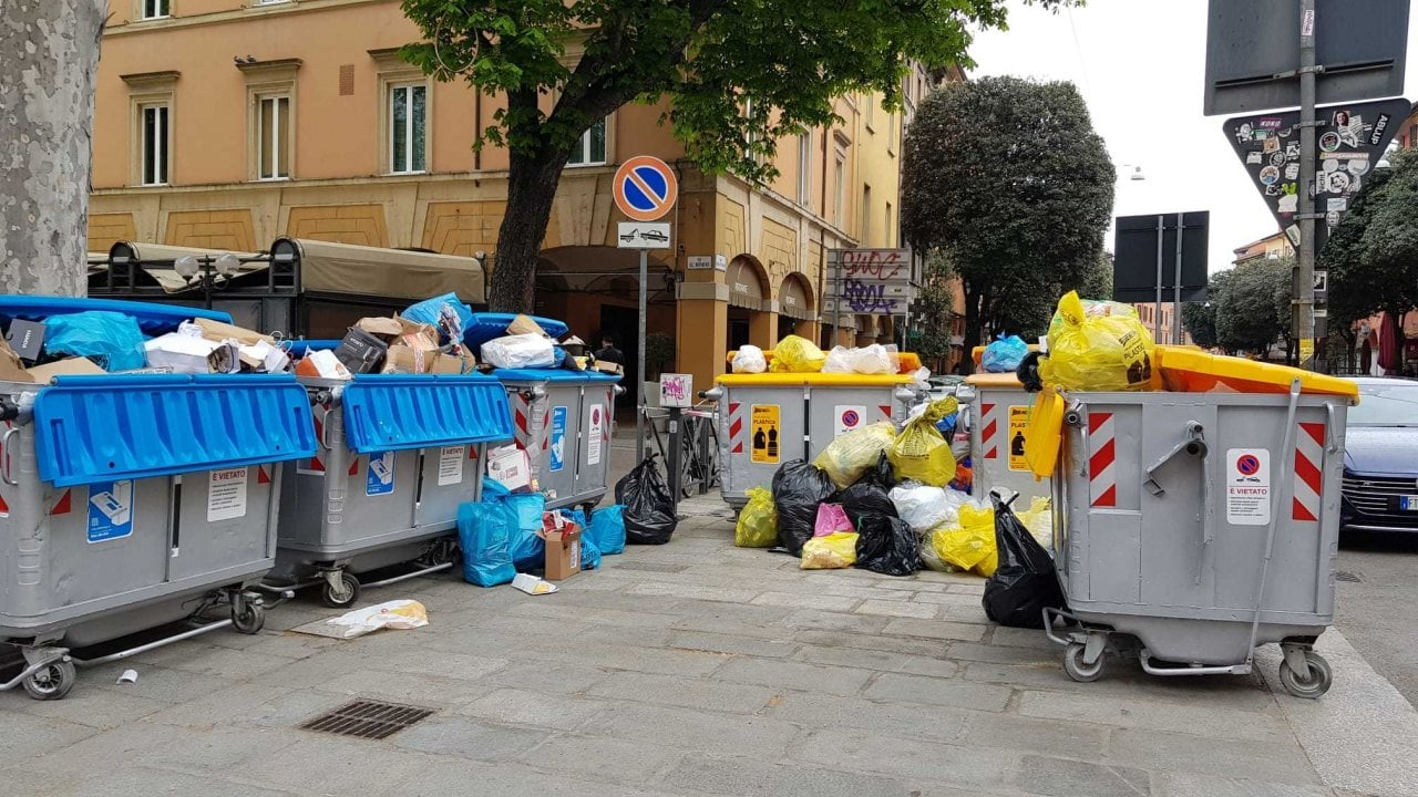 Le segnalazioni dei lettori: sacchi di spazzatura fuori ...