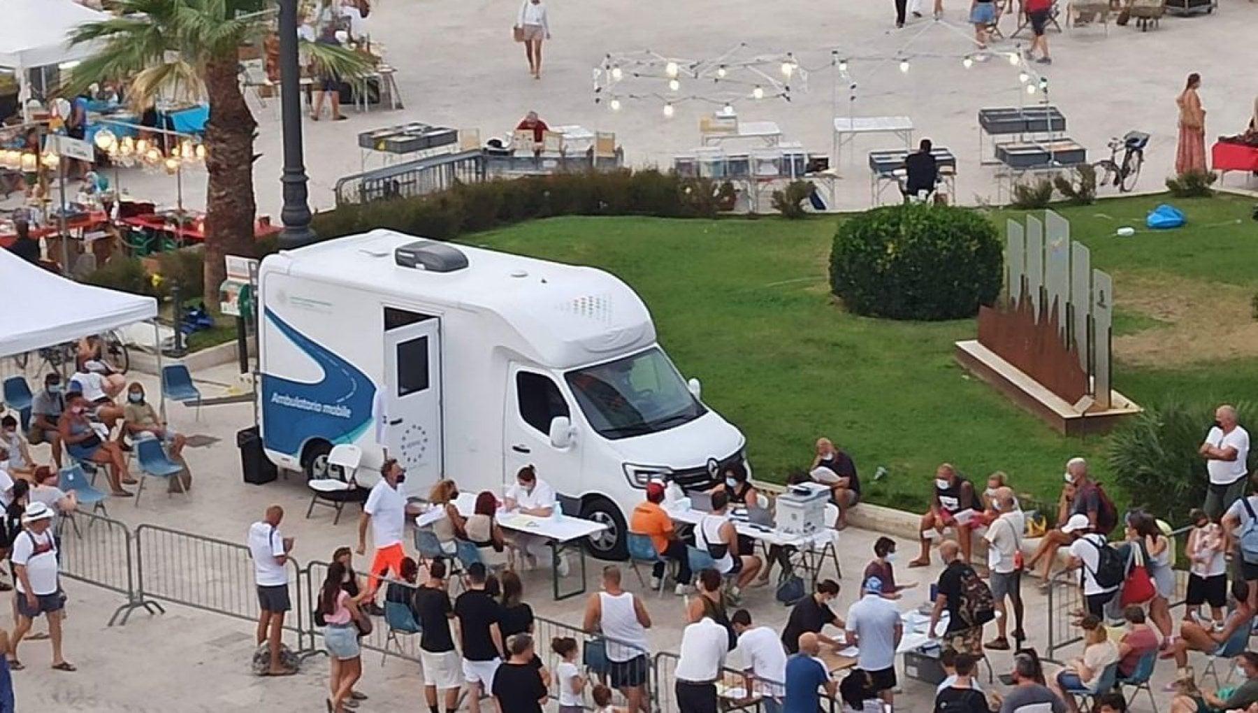 122508607 fa1c1432 dbc6 410d 91d8 0b59051ed721 - Vaccini, l'Happy Pfizer della Riviera romagnola: dosi in spiaggia e cliniche mobili per la movida