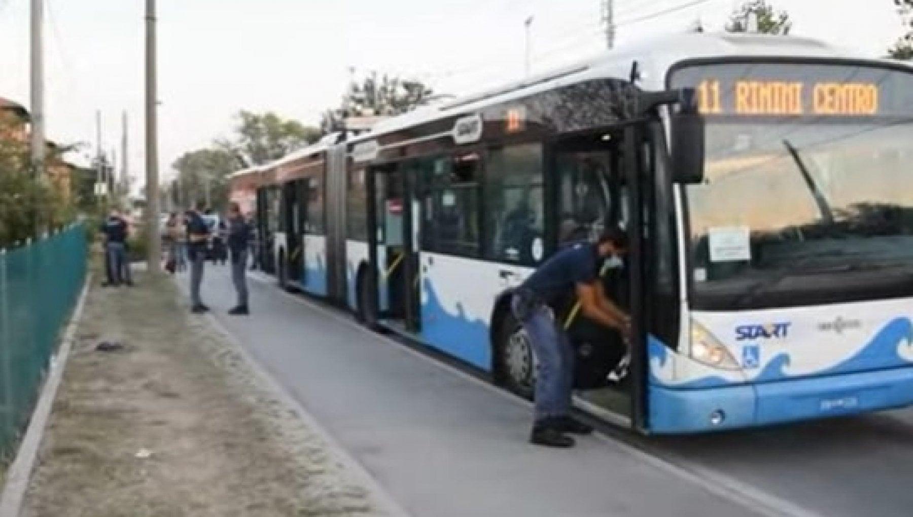 012414700 057cab4d ef5d 4c6c 8f0b b0ad1d3a485f - Rimini, uomo accoltella due ispettrici sull'autobus e altre tre persone durante la fuga. Fermato