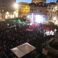 Bandiere Pd e cori, l'abbraccio di piazza della Signoria al premier