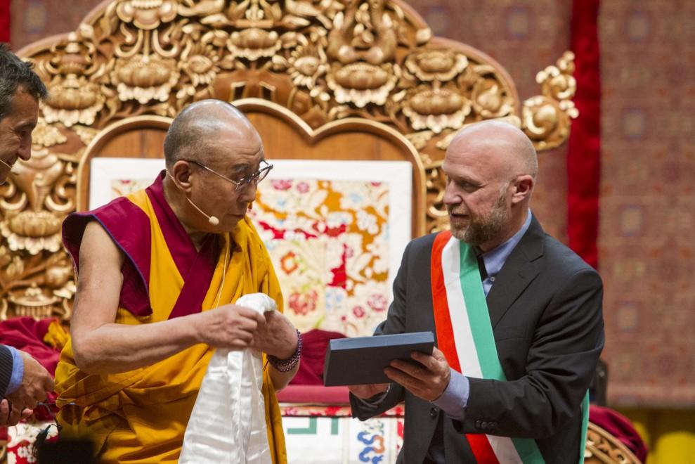 Livorno, Nogarin consegna le chiavi della città al Dalai Lama
