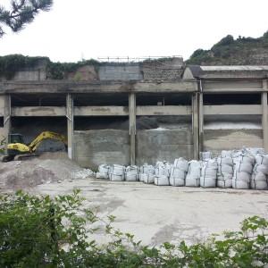 Tonnellate di rifiuti nella cava di calce di Paterno