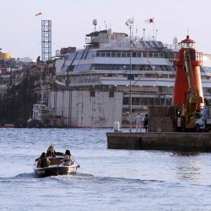 Concordia, la nave galleggia. Ma è scontro governatore-ministro