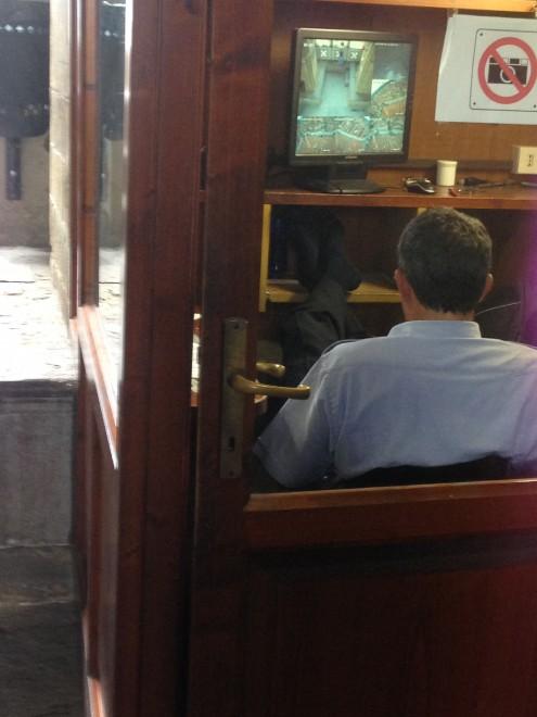 """Campanile di Giotto, la denuncia di un lettore: """"L'addetto alla sicurezza al telefonino e con i piedi sulla scrivania"""""""