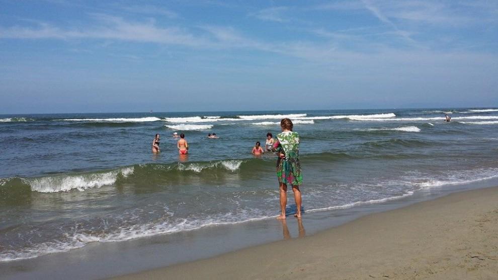 Viareggio, turisti in mare nonostante il divieto di balneazione