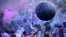 Holi Dance Festival, pioggia di polvere colorata sull'Anfiteatro
