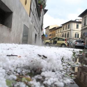 Bomba d'acqua e grandinata su Firenze, scuole evacuate e circa 100 feriti