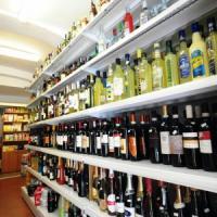 Rifiutano di vendere alcolici, botte ai gestori del minimarket