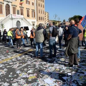 Ultime Notizie: A Livorno lo sciopero degli spazzini: cestini rovesciati e città invasa dai rifiuti