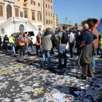 A Livorno lo sciopero degli spazzini: cestini rovesciati e città invasa dai rifiuti