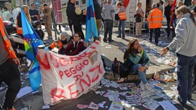 Livorno, sciopero degli spazzini cestini rovesciati e rifiuti a terra /   Video