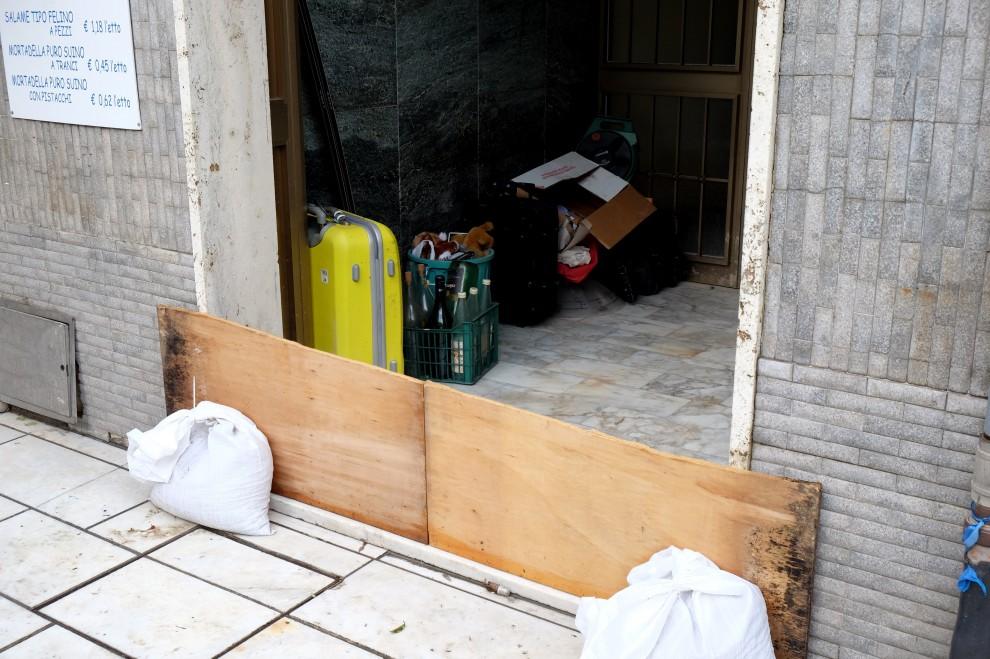 Carrara evacuati i piani terra di abitazioni e negozi 1 for Piani di costruzione di negozi gratuiti
