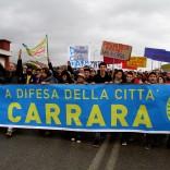 """Carrara, il corteo di protesta  degli alluvionati: """"Stanchi  di gestioni infangate"""""""