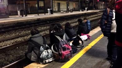 Lucca, ragazzini pericolosamente seduti oltre la linea gialla della banchina