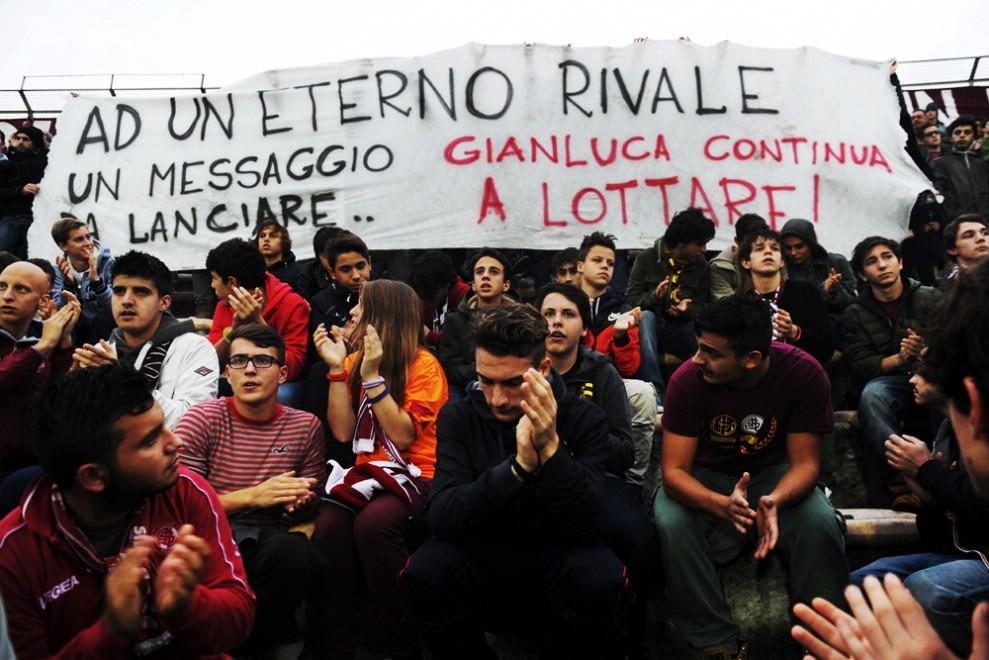 Livorno, in curva lo striscione per l'ultrà del Pisa malato