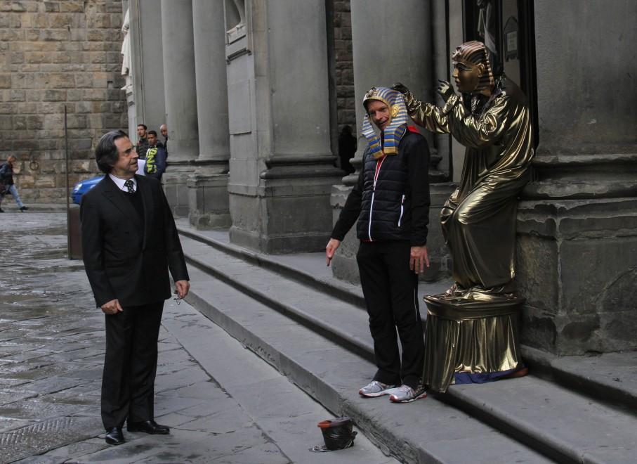 Riccardo Muti e il mimo: una gag in attesa del concerto