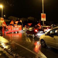 Jobs act, manifestanti bloccano il traffico. Arance contro la sede Pd