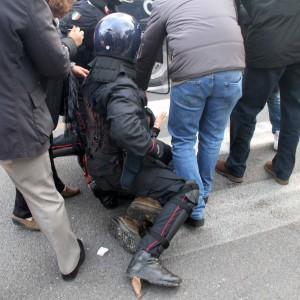 Scontri in via Pistoiese al presidio antifascista, 9 feriti