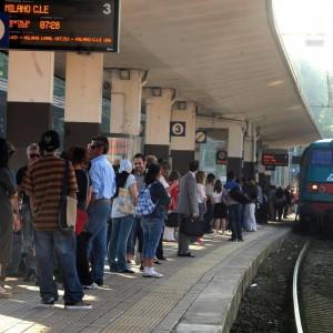 """Riapre la ferrovia, assessore premiato. Ma i pendolari: """"Troppi ritardi, ridateci i bus"""""""