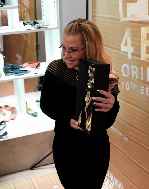 Barbie d'oro all'asta, arriva Anastacia: ressa di fans da LuisaViaRoma