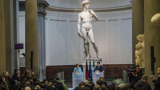 """Renzi-Merkel nel museo del David: """"E' il simbolo di come dovrebbe essere l'Europa"""""""