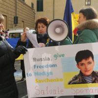 """Ucraini davanti al consolato russo: """"Ridateci Nadia,stop alla guerra"""""""