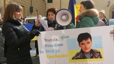 """Ucraini davanti al consolato russo: """"Ridateci Nadia, stop alla guerra"""""""