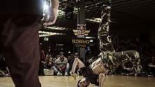 La sfida tra breakdancers è acrobatica