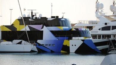A Livorno lo yacht colorato  dall'artista americano Jeff Koons