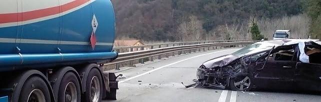 Maltempo, vento a 100 km all'ora. Si stacca un masso, muore nell'auto a Lucca.     LE FOTO  Rossi dichiara lo Stato di emergenza     Le immagini di Firenze   /   Prato, giù le mura    vd