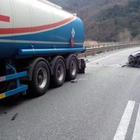 Albero e massi sulle auto. L'incidente mortale a Lucca